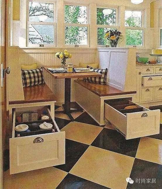 如果居室空间有限,没有多余的餐厅空间 又或是餐厅形状十分奇特, 一般桌椅根本满足不了 但凡你有以上的困惑烦恼, 不必惊慌 【卡座】都可以帮你解决  将卡座设置于窗边,背靠阳光,享受美食,温馨自然。卡座下方有可供收纳的抽屉,增强其实用性。  借助空间隔断打造一款转角式的卡座,一家人环坐就餐更显温馨。  将卡座用在厨房边也是极为常见的。小窗边的卡座,有没有坐在咖啡厅的感觉呢?  与浪漫飘窗相比,卡座+茶水间似乎更具实用性。  小圆桌不仅解决了坐飘窗茶水没处放的问题,就算是居家办公也会轻松许多。  如