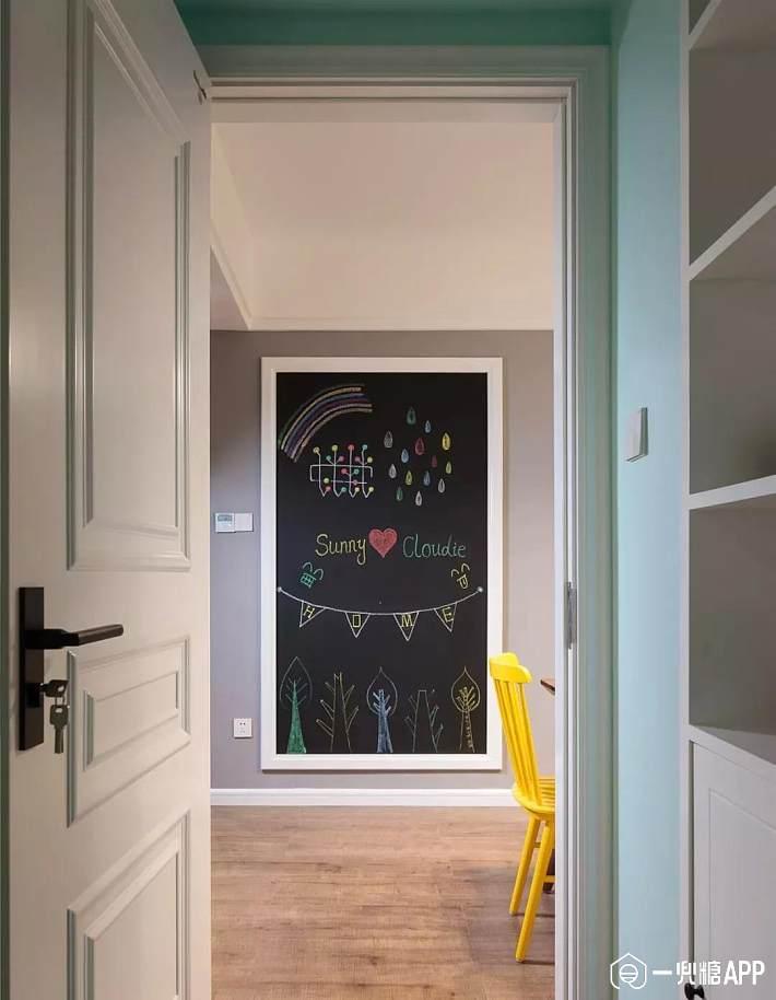 房间的过道两边墙壁空空,小孩子也喜欢涂涂画画,干脆贴一面黑板墙好了