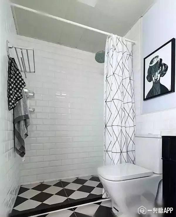 如果卫生间比较长的类型,就可以把最里侧分离出来,装个浴帘隔断.