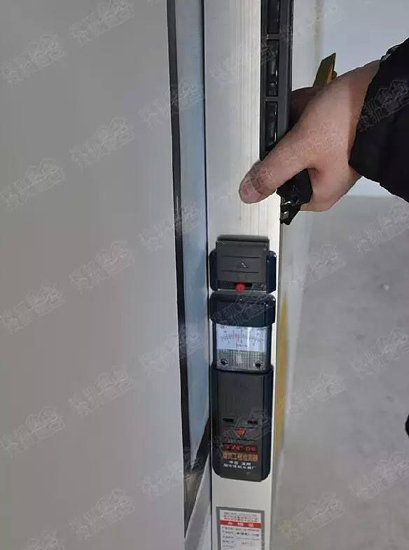 对于高度的测量:用盒尺检查房顶,取4-5个点,进行测量,若数值一致