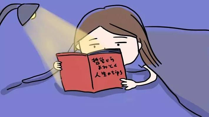 作者  楠瓜 女人睡觉前都在干什么? 小视没猜错的话,临睡前 很多仙女宝宝大概都会经历一番 身体与心理上的斗争  今晚一定要早睡哦, 睡个饱饱的美容觉。   什么都不想, 应该很快就会进入梦乡哒。   可是,还是忍不住想太多: 我明天会早起嘛?我存在的意义是什么? 明天中午吃什么?明天到底穿什么? 有点饿了,要不要吃点? 吃了会长肉,不吃饿得睡不着   根本不可能什么都不想 @#%7#!@# 于是用手机搜索如何30秒入睡: 喝杯热牛奶,把身体捂热, 做深呼吸,听催眠音乐 可这