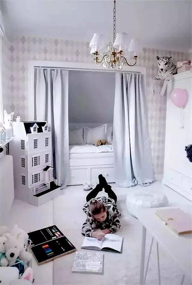 楼梯下做个儿童房最好不过 如果不喜欢冷冰冰的衣柜门 还可以用 帘子