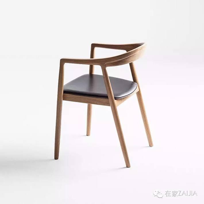 独特的双曲线靠背细节,灵感来自两栖动物蹼的形状,它既是现代实木工艺