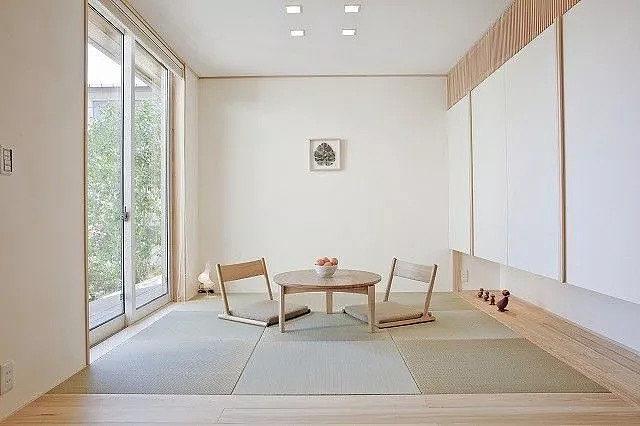 我之前看到很多人仅用为数不多的预算,就把原先单调的房间改造得漂亮舒适,尤其家里有个小阳台的话,就更要好好花一番心思了: 比如充分利用地面和置物架的空间,把它打造成一个清新别致的小花园,不用出门就能感受到大自然的芬芳;  你也可以在阳台添置一套简单的桌椅,把它变成光照适宜的休闲区,从此家里就多了一个看书、小憩、与友人喝茶的好去处。  拿我自己来讲,更多的时候其实是用阳台来晾晒衣服和储藏杂物,只是不勤于整理的话看上去总是乱糟糟的。 有时候一口气搭了很多衣服,或是堆了一些大纸箱,即便是在白天,阳台的光线也都是