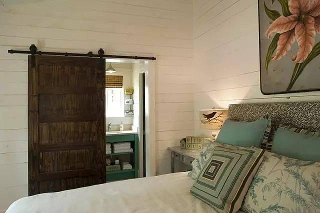 到手的房子和心中预想的Dream House差别大,这已经不是什么稀奇事了,反正大不了就自己重新改造改造呗。对于小户型来说,50m的房子能隔成2间房就一定不会空着。 常规的小户型在做卧室与客厅的隔断时,如果按照封闭式的开关门设计,空间更容易显狭小,一些采光不好的户型,还容易遮挡采光。 生活习惯才是决定隔断形式的关键! 每个人的生活习惯不同,在可以选择的时候,一定要根据自己的生活习惯来设计空间。有人睡觉的时候喜欢开着门,觉得透气;也有的人睡觉都不关窗.