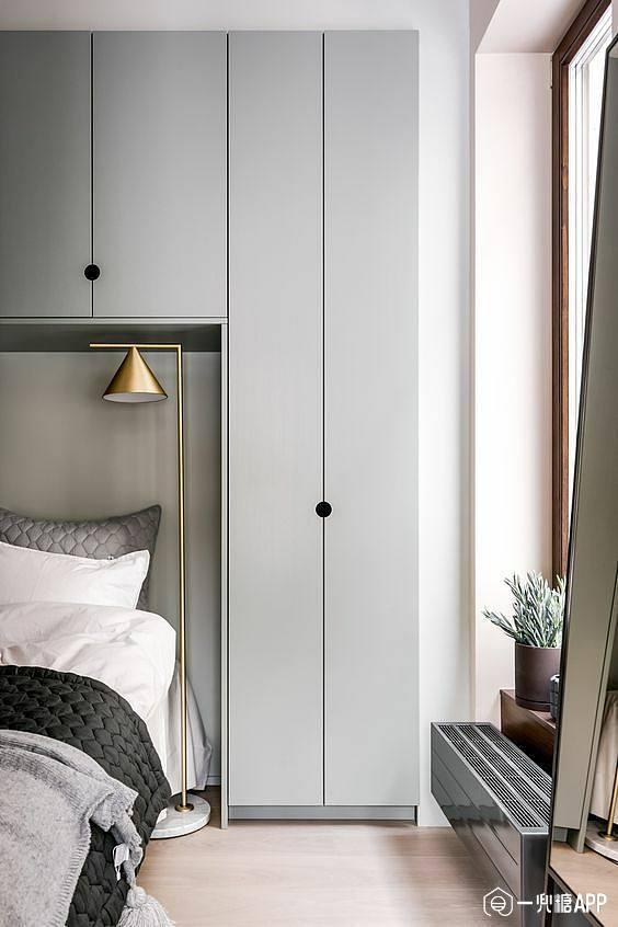 床头一侧是衣柜图片