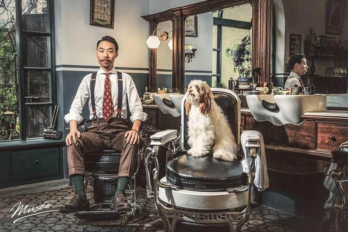 他和妻子林青霞开了间民国复古理发店,占地300㎡,用十