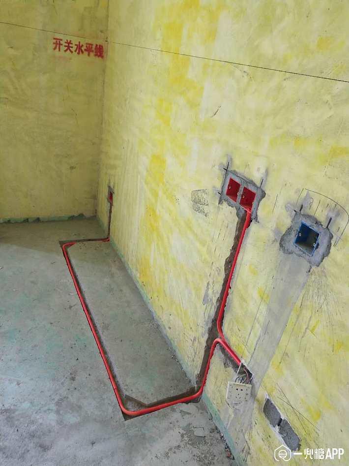 水电应该是装修过程中的重中之重了,关于水电会有很多晦涩的知识点,尤其对很多充满装修热情的女同志来说有些太难了,不仅要懂一些理论还要懂应该怎么做,比如水电一定要走顶吗?布线一定要开槽吗?因为走天花板要多用三分之一的管道,花费更多,开槽担心影响房屋承重,很多人改水电遇到这两个问题都非常纠结。  走顶还是走地? 之前看到有人说水管走天不仅贵,出问题了还要拆吊顶,走地就足够了。这个我是不赞同的,一是走地开槽会破坏地面防水,特别是墙根和墙角处,怎么刷防水涂料都会有隐患,水管走地面出了问题,楼下遭殃你只能去赔偿了。而