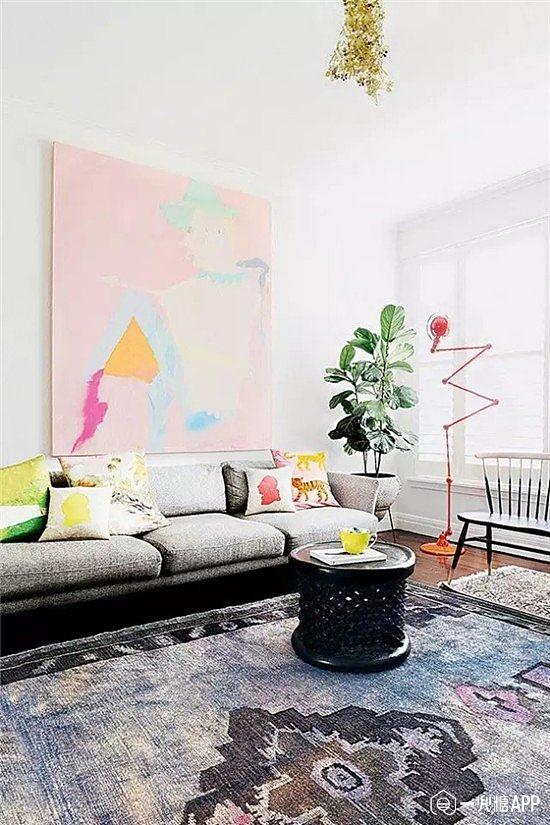 大白色的单调沙发背景墙,挂上一幅黑白色的抽象装饰画,不仅与整体的