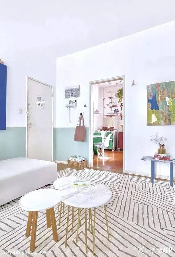 除了墙色间的搭配外,不同材质的墙面拼贴也能玩出不一样的搭配方案。像近几年流行的木地板上墙,大面积的木色能让整个空间变柔和,也能在一定程度上为墨绿色的墙面提亮。   彩色墙与护墙板的拼贴,更适合卫浴空间,防潮又美观。竖向的长条护墙板,在一定程度上也可以拉伸空间的高度。
