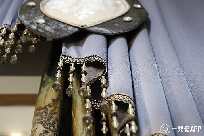 轻奢风家庭在窗帘边角上选配的精美边珠配饰,又能直观地表现出独特的低调奢华、流光溢彩的典雅气质,是家装界的一股高贵风1.jpg