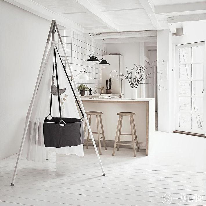 leander-cradle-tripod-aluminium-grey-lifestyle_1024x1024.jpg!710