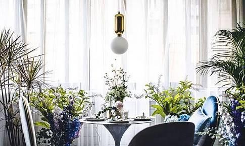 把餐桌搬到阳台,在家中也能打造仙气十足的花园餐厅