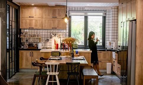 中岛台+餐桌,营造温情家庭烹饪区