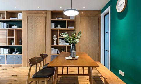 兩位老師的家 | 客廳做全面墻書柜,里面還藏了隱形門