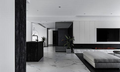 鑿壁重生:用壁爐給予黑白空間溫暖,藏起來的臥室,打開來的衛生間和衣帽間